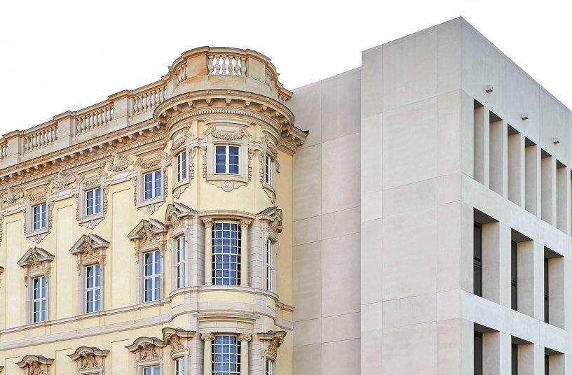 Das Humboldt Forum lebt vom Kontrast barocker und zeitgenössischer Architektur, was beispielsweise an der Nord- und Ostfassade deutlich wird. (Foto: SHF/Stephan Falk)