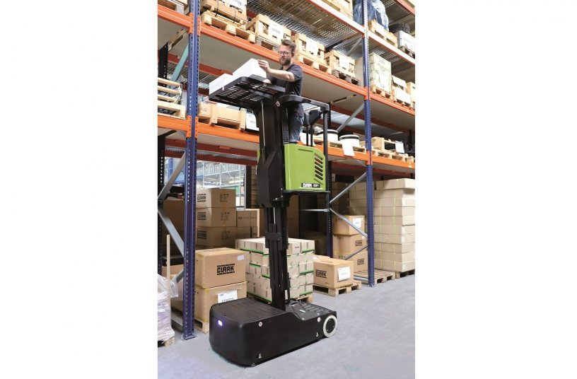 The COP1 is really multitalented: The vehicle is not only extremely efficient for picking goods, but thanks to the man-carrying platform that can be elevated, it also has proven its worth as rolling ladder or  work platform. <br> Image source: CLARK Europe GmbH