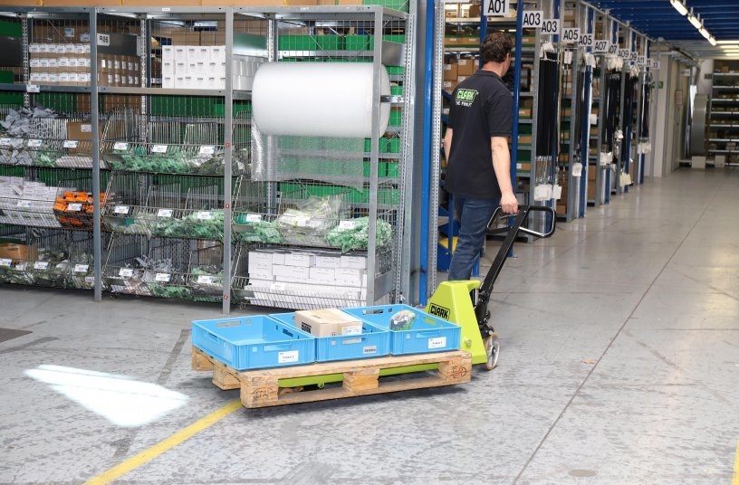 Sowohl der Handhubwagen HPT Eco als auch der HPT Premium ist für Lasten mit maximal 2500 kg ausgelegt. Beide Geräte zeichnen sich durch eine robuste Bauweise und leichte Bedienung aus. <br> Bildquelle: CLARK Europe GmbH