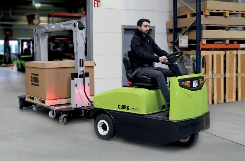 The Clark tugger train is available as an all-in-one solution. It consists of the Clark CTX40-70 towing tractor and the CTR01 and CTR02 trailers. <br> Image source: CLARK Europe GmbH