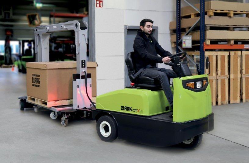 Der Clark Routenzug ist eine All-in-One-Lösung – bestehend aus dem Clark Schlepper CTX40-70 sowie aus den Anhängern CTR01 und CTR02. <br> Bildquelle: CLARK Europe GmbH