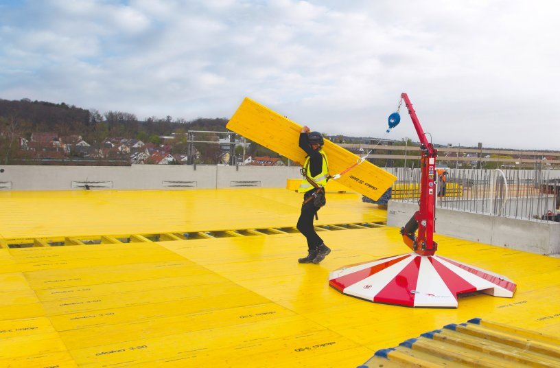 Doka offers practical and certified safety solutions from edge protection to intermediate platforms and fall protection, such as the FreeFalcon. Copyright: Doka