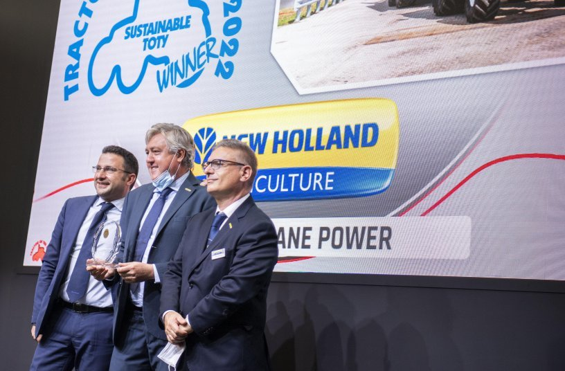 New Holland world's first production T6 Methane Power Tractor has won Sustainable TOTY 2022 at EIMA exhibition