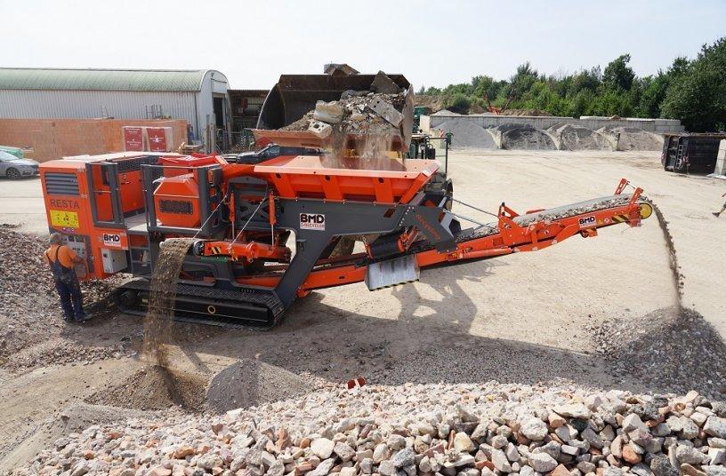 Das Hauptförderband des RESTA-Backenbrechers CH1 kann in beide Längsrichtungen eingebaut werden – klassisch nach vorne oder wie hier als Recyclingausführung. <br>Bildquelle: BMD-Baumaschinendienst GmbH & Co. KG
