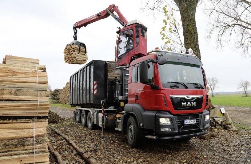 Dank der an einer Schiene 1,10 Meter in die Höhe verfahrbaren Kabine hat der Fahrer sein Arbeitsfeld bestens im Blick. <br> Bildquelle: Fassi Ladekrane GmbH