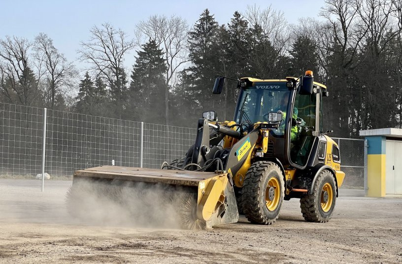 The L25 Electric in operation clearing roads at an Eberhard site <br> Image source: Volvo Construction Equipment