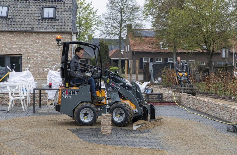 The all-rounder working on the final task on the building side. The G1200 when scrubbing in sand on newly laid cobbles. <br> Image source: TOBROCO-GIANT