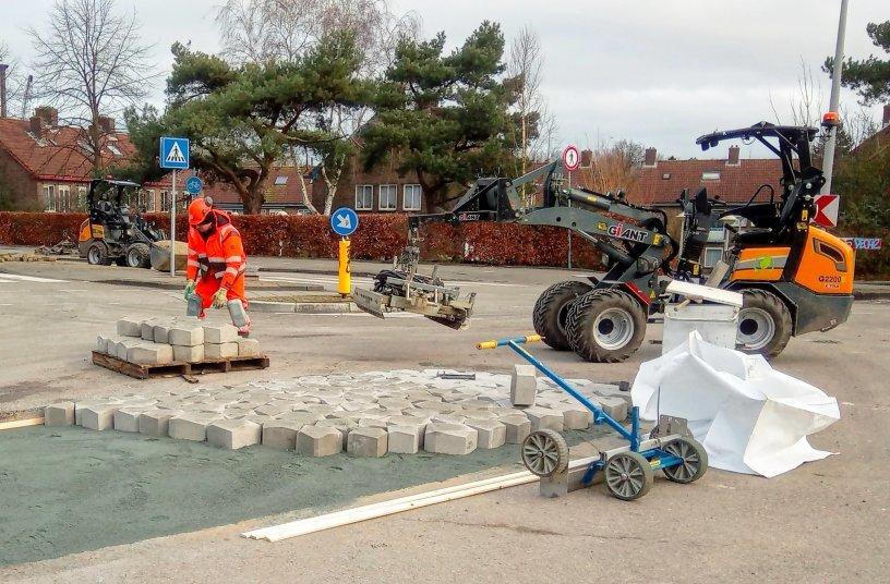 Mit verschiedenen Anbaugeräten erfüllt der GIANT zahlreiche Aufgaben auf der Baustelle und kann zwei Tage am Stück arbeiten.
