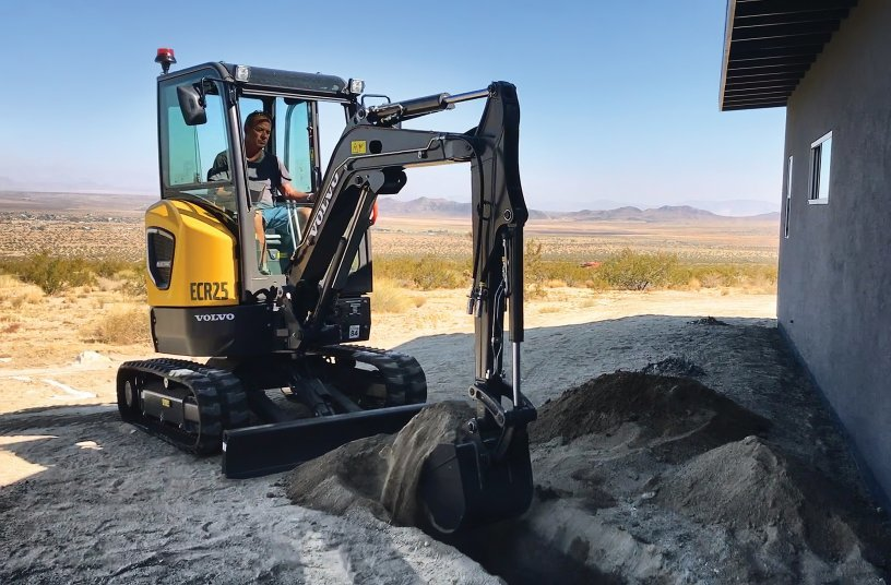 Green construction equipment makes its mark in the desert The ECR25 Electric performed various tasks in helping to build off-the-grid homes <br> Image source: Volvo Construction Equipment
