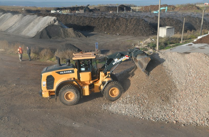 This wheel loader with a net power of 116 kW and 13-tonne operating weight can be fitted with buckets with anywhere from 1.1 to 2.4 m3 capacity, and an XT version with extended boom reach is likewise available.