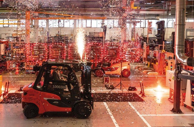 Mit Verlassen des letzten Montagebandabschnitts startete ein schillerndes Indoor-Feuerwerk und markierte die Fertigstellung des millionsten Gegengewichtsstaplers von Linde Material Handling im Werk Aschaffenburg.