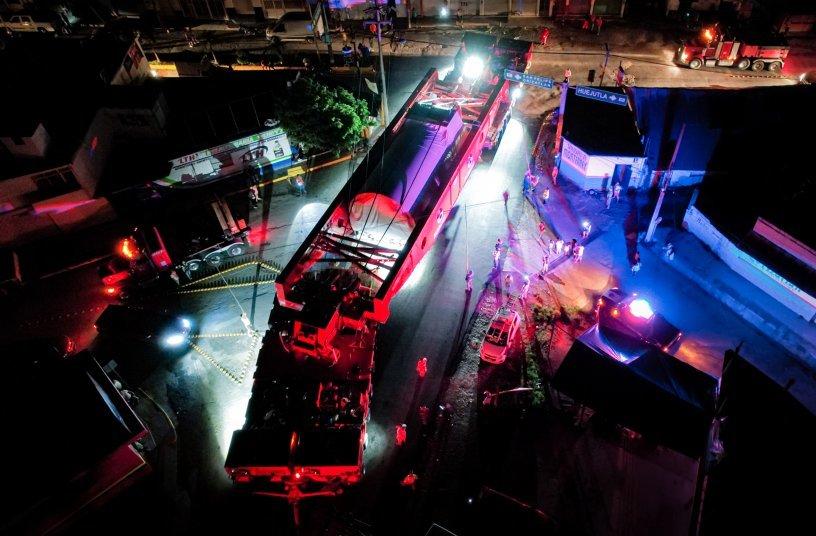 The convoy rounding an extremely narrow curve in San Felipe Orizatlán, Hidalgo <br> Image source: GOLDHOFER