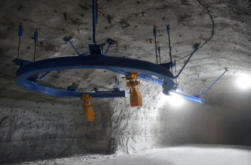Unter der Kranbahn entsteht die neue Bunkeranlage mithilfe der KITO ER2 Elektrokettenzüge.<br> Bildquelle: Kito Europe GmbH