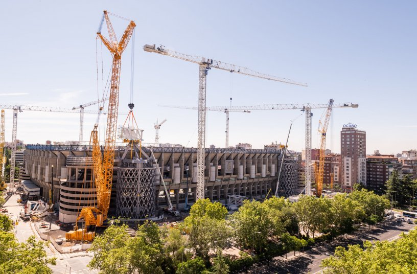 High lifting capacities, constricted site conditions and large radii – the LR 1800-1.0 from Eurogruas 2000 is perfect for the job at the Bernabéu Stadium in Madrid.
