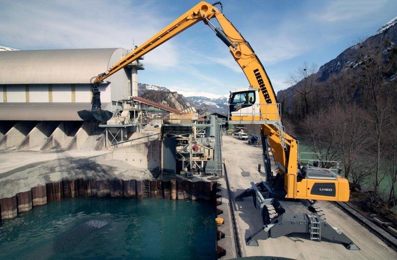 Voller Einsatz für ein Schweizer Naturprodukt: Zukünftig unterstützt die Liebherr-Materialumschlagmaschine LH 60 M Port Litronic beim Abbau und der Gewinnung des Markenprodukts Brienzer Sand®.
