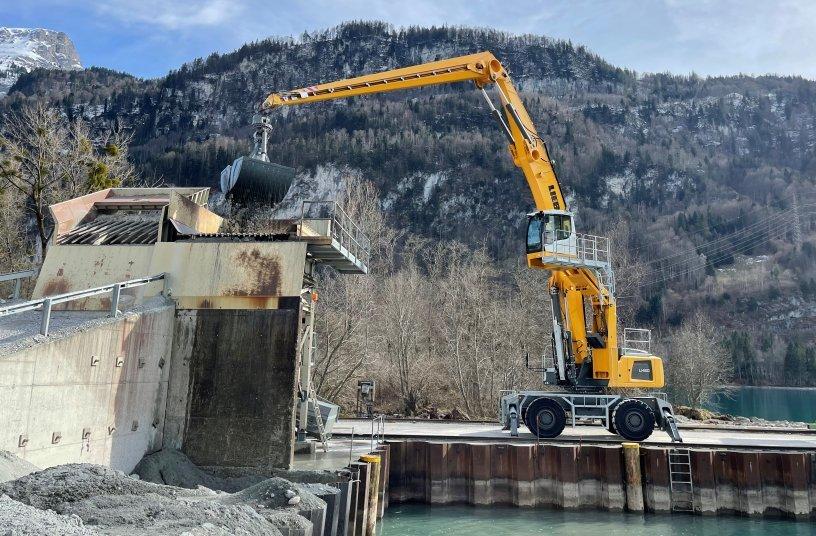 Dank der hydraulischen Kabinenerhöhung hat der Maschinenführer bei der Beschickung des Kieswerks stets optimale Sicht auf seinen Arbeitsbereich.