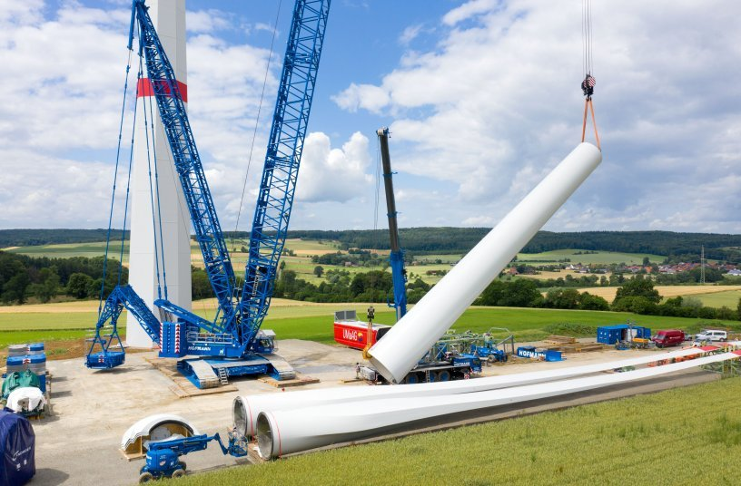 Teamwork: The heaviest tower segment of the Nordex wind turbine weighs in at a gross load of 70 tonnes. A Liebherr LTM 1250-5.1 mobile crane is helping to erect the tubular tower. <br> Image source: Liebherr-Werk Ehingen GmbH