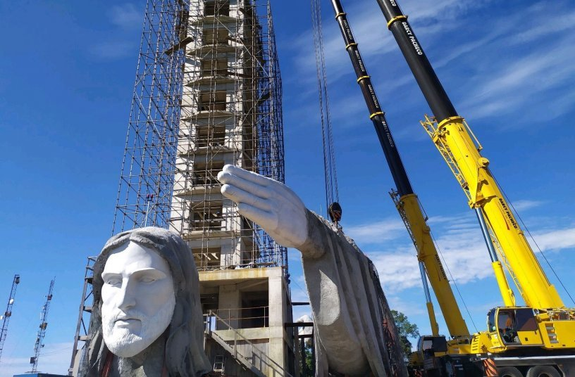 Darcy Pacheco erects monumental statue of Christ using two Liebherr LTM 1220-5.2 mobile cranes