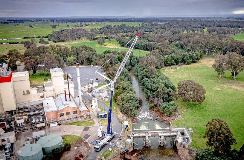 Der LTM 1450-8.1 von Advanced Cranes demontierte das 60 Jahre alte Maffra Wehr am Macalister River in Victoria.<br> Bildquelle: Liebherr-Werk Ehingen GmbH