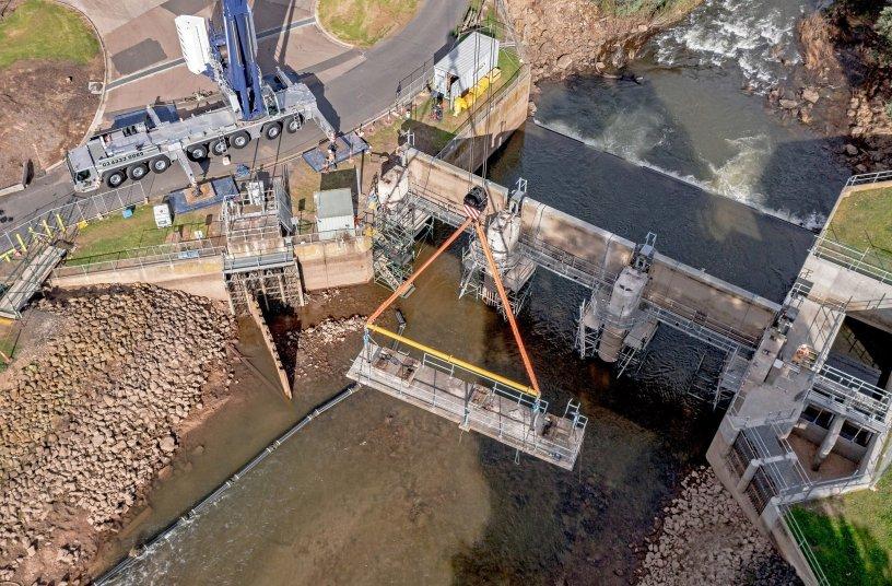 Sicher angeschlagen: An den 30 Tonnen schweren Teilen der Stahl-Beton-Brücke sind vor dem Hub Kernbohrungen  durchgeführt werden, um Anschlagketten durchzuführen. <br> Bildquelle: Liebherr-Werk Ehingen GmbH