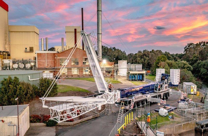 Beengte Platzverhältnisse, Geländeneigung und ein unterirdischer Wassertunnel erschwerten die Stellplatzsuche für den  LTM 1450-8.1 des australischen Kranbetreibers Advanced Cranes and Rigging. <br> Bildquelle: Liebherr-Werk Ehingen GmbH