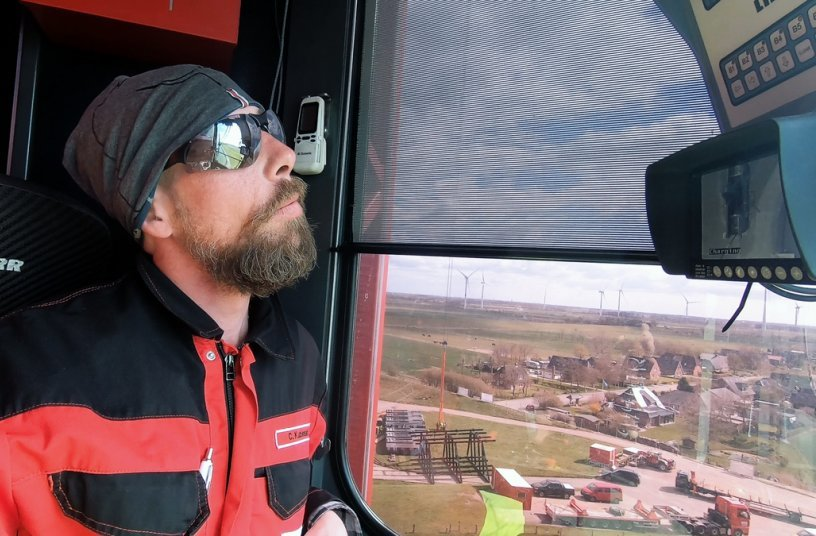 Point of no return: Crane operator Chris Kubinski wants to continue working with the Liebherr mobile construction crane and doesn't want to return to the telescopic cranes he used to operate. The elevating cabin offers crane operators an excellent overview when handling loads. This was an invaluable advantage in terms of safety at the barrage in Husum. <br> Image source: Liebherr-Werk Biberach GmbH