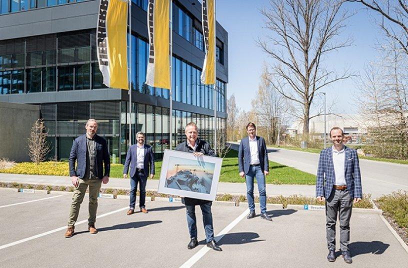 On the day of the symbolic handover, f.l.t.r.: Christoph Rieß (Hüffermann), Alexander Beck (Liebherr in Biberach), Daniel Janssen (Hüffermann), Stefan Westermann (Liebherr in Dortmund), Rupert Wieser (Liebherr in Biberach).<br>Image source: Liebherr-International Deutschland GmbH