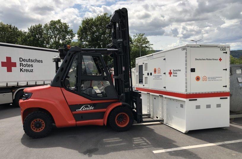 Bereit, jederzeit mitanzupacken: der Linde-Dieselstapler mit acht Tonnen Tragfähigkeit im Verteilzentrum des DRK in Koblenz.<br> Bildquelle: Linde Material Handling GmbH, Aschaffenburg