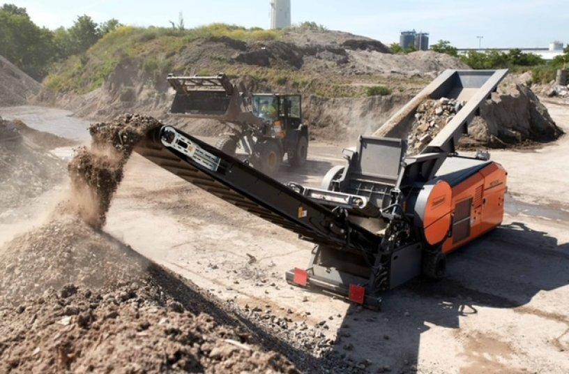 Die Maschine eignet sich für Einsätze bei permanent wechselndem Material, sei es Gewerbeabfall, Baumischabfall, Matratzen, Bioabfall oder Altholz.<br>Bildquelle: Dopptstadt Umwelttechnik GmbH
