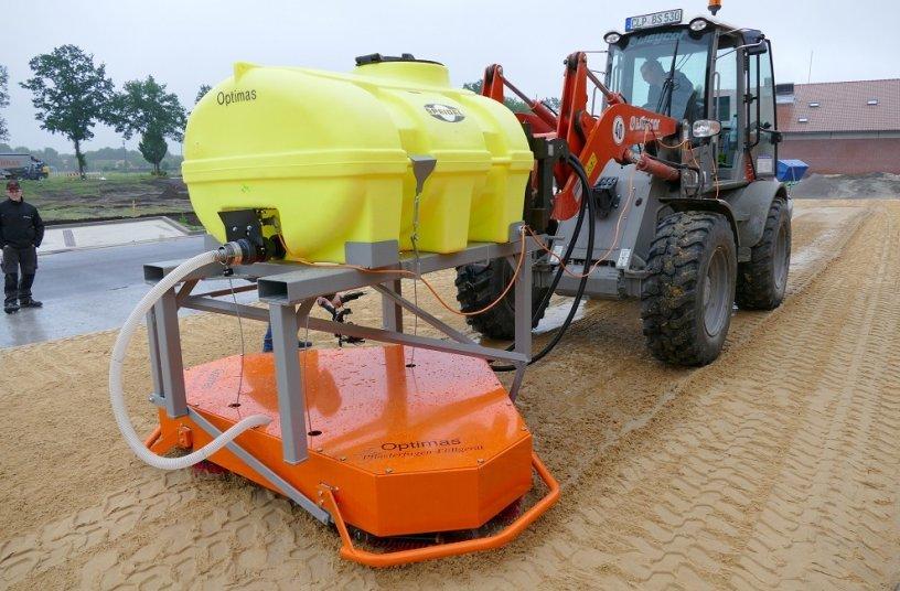 Das Optimas Pflasterfugen-Füllgerät mit 1.000 l Wassertank in der großen Ausführung für die Nutzung zum einschlämmen am Radlader.<br> Bildquelle: Optimas GmbH