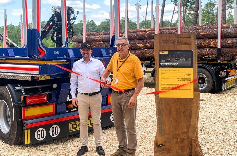 Renato Ramella, Geschäftsführer DOLL Fahrzeugbau (links), und Alain Cornut bei der feierlichen Eröffnung des Gemeinschaftsstands auf der Forexpo. <br> Bildquelle: Doll Fahrzeugbau GmbH