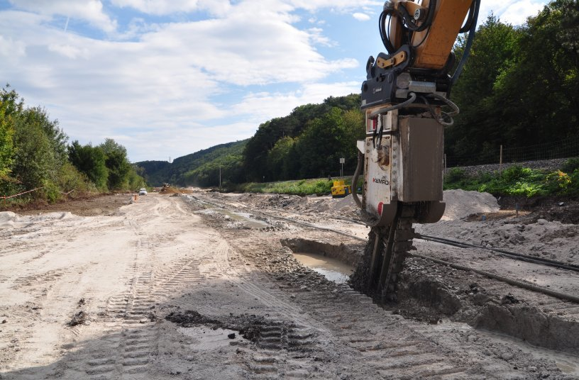 This combination of excavator and attachment achieved an impressive production rate. When used in conglomerate lying on dolomite, operating costs in terms of replacement consumables were well within acceptable limits. <br> Image source: KEMROC