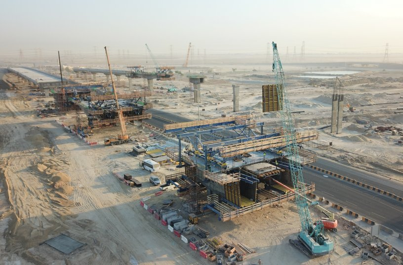 Nawaseeb Road is an important element of Kuwait's transport infrastructure. The bridge project is a special case for two reasons: Not only is it currently Kuwait's first cantilever bridge project, but it is also the first time a bridge is cast in-situ. <br> Image source: Doka