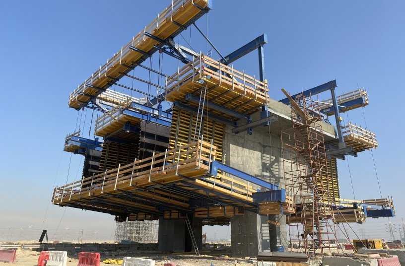 The Doka Cantilever Forming Traveller offers formwork and shoring from a single source. The ideal balance between support structure and formwork enables the construction of 470 m of the main bridge.