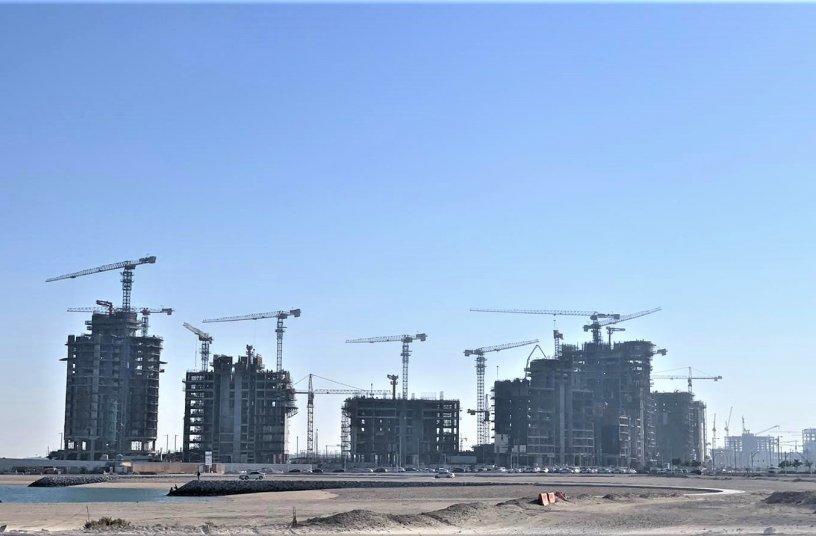 Raimondi flattop tower cranes put to work for Qatari mega project <br> Image source: Raimondi