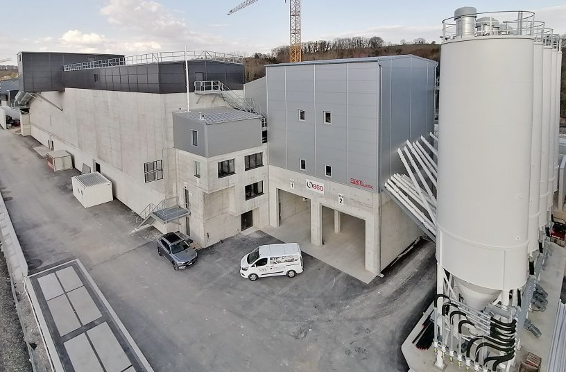 The BGO concrete mixing plant and the high silo storage facility at the Vufflens-la-Ville recycling centre are directly adjacent to each other. <br> Image source: SBM Mineral Processing GmbH