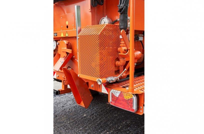 Die Vergusspumpe ist servicefreundlich und schnell zugänglich außen am Tank angebaut, wie auch der separate Bitumenfilter. <br> Bildquelle:schäfer-technic GmbH; PREWE Presse weltweit