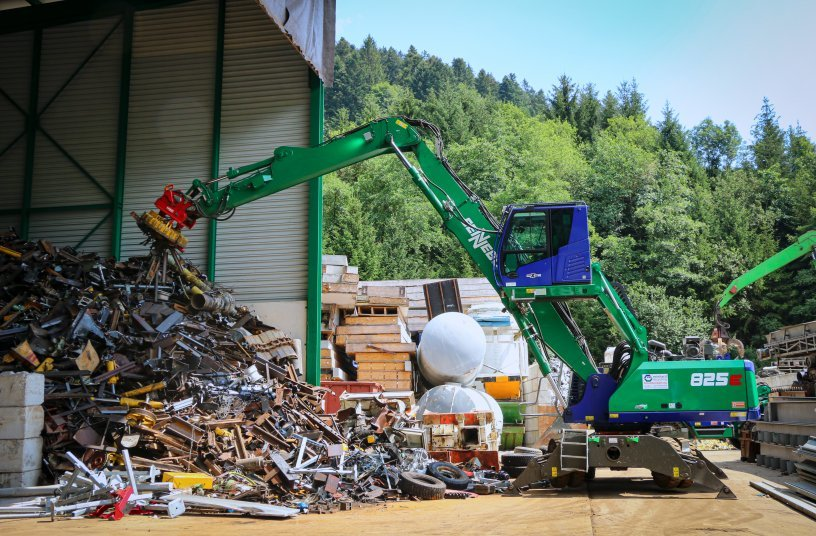 Mobile material handler SENNEBOGEN 825 E: Flexible use with either magnet or sorting grab thanks to quick coupler on the grab stick