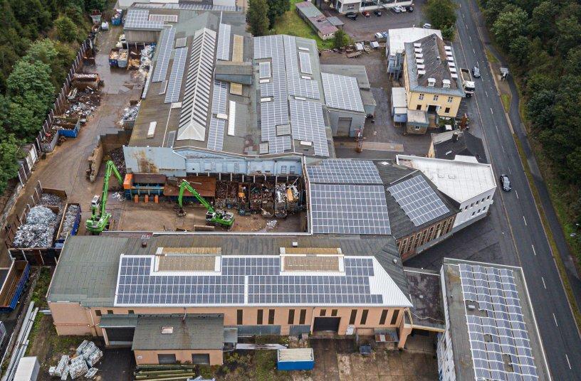 Die großen Dachflächen nutzt die Firma Klichta intelligent und betreibt mit ihrer Photovoltaikanlage mit 900 Kilowattpeak Leistung den Elektrobagger und die Schere nahezu autark: das Bild zeigt rund 50 % der Panels – Quelle: Klichta Rohstoffe & Recycling