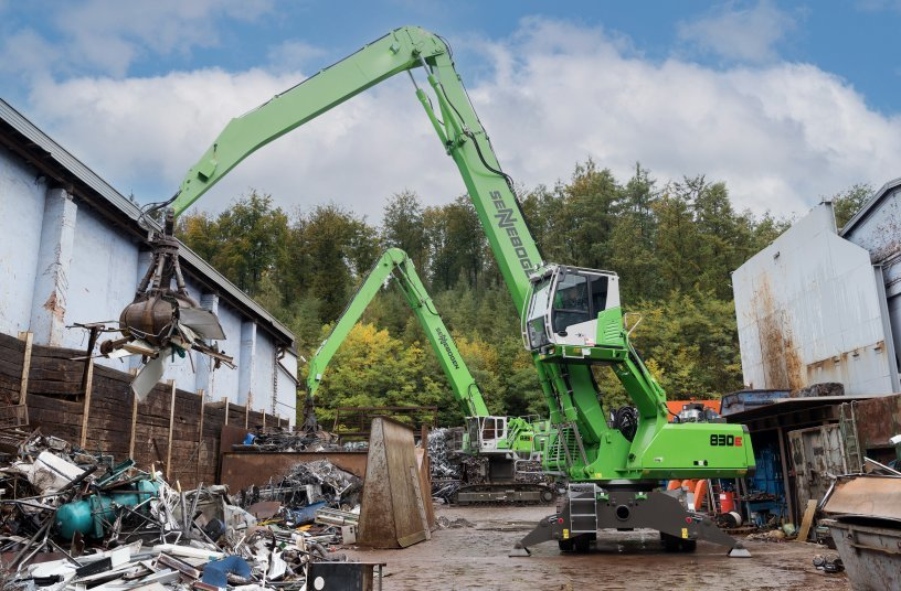 Die spritsparende und emissionsarme Dieselvariante des SENNEBOGEN 830 E-Serie übernimmt die Vorsortierung des Materials mit 600 l-Greifer auf dem großen Lagerareal