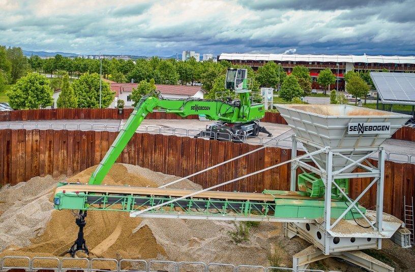 Insbesondere bei tiefen Auslegerbewegungen spart das SENNEBOGEN Green Hybrid System zur Energierückgewinnung ein Maximum an Energie von bis zu 30 % ein, perfekt für den Hafeneinsatz. <br> Image source: SENNEBOGEN Maschinenfabrik GmbH