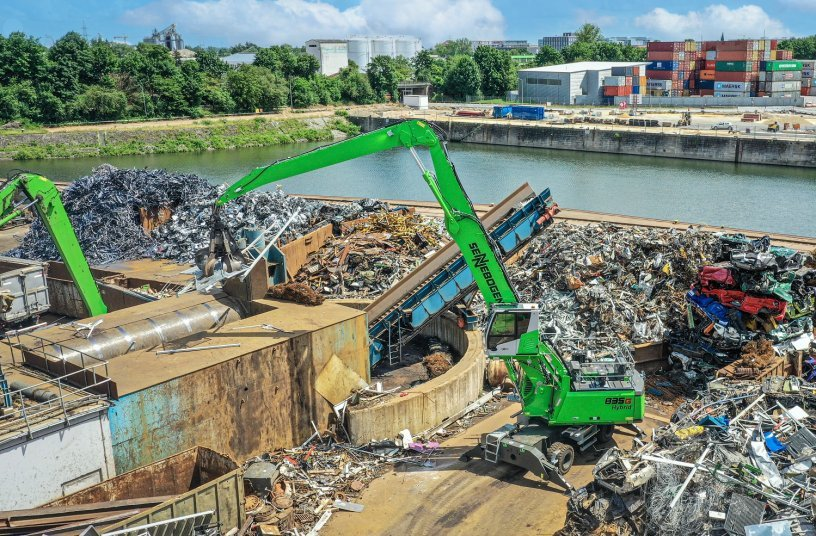 At the scrap yard of the customer Rohstoffverwertung Regensburg GmbH, the fuel-saving 835 G Hybrid proved itself as a robust all-rounder at the shear and in the sorting area. <br> Image source: SENNEBOGEN Maschinenfabrik GmbH