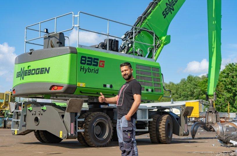 Thumbs up for the 835 G Hybrid from test driver Ferid Ibralic, machine operator at Rohstoffverwertung Regensburg GmbH, Germany <br> Image source: SENNEBOGEN Maschinenfabrik GmbH