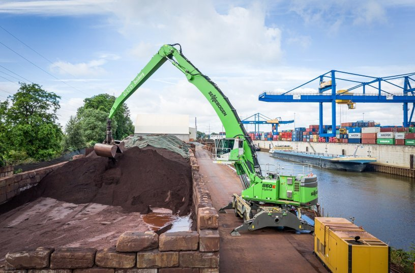 Up to 800 t per hour: When loading ships, the material handler 860 E Hybrid in the electric version offers top performance thanks to its high load capacity and 23 m of equipment length. <br>IMAGE SOURCE: Stefan Hanke