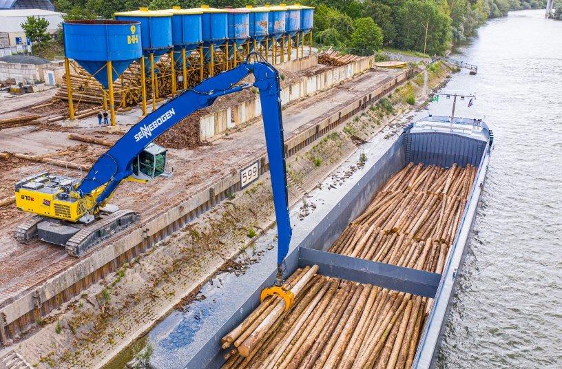 Umschlagbagger 870 Hybrid von SENNEBOGEN mit 25 m Ausrüstung, um Schiffe auch bei Niedrigwasser bestens beladen zu können – für die nötige Stabilität sorgt der breite und schwere Raupenunterwagen