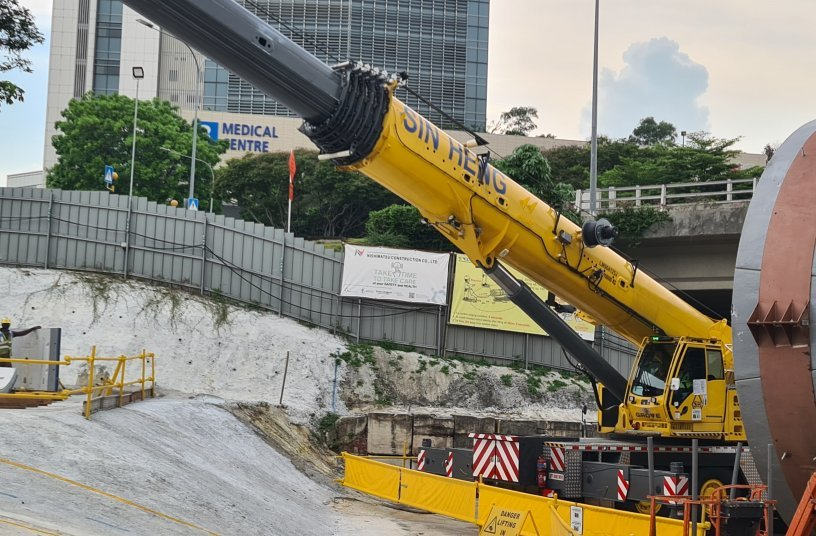 Singapore's first Grove GMK5250XL-1 delivered to Sin Heng Heavy Machinery <br> Image source: THE MANITOWOC COMPANY, INC.