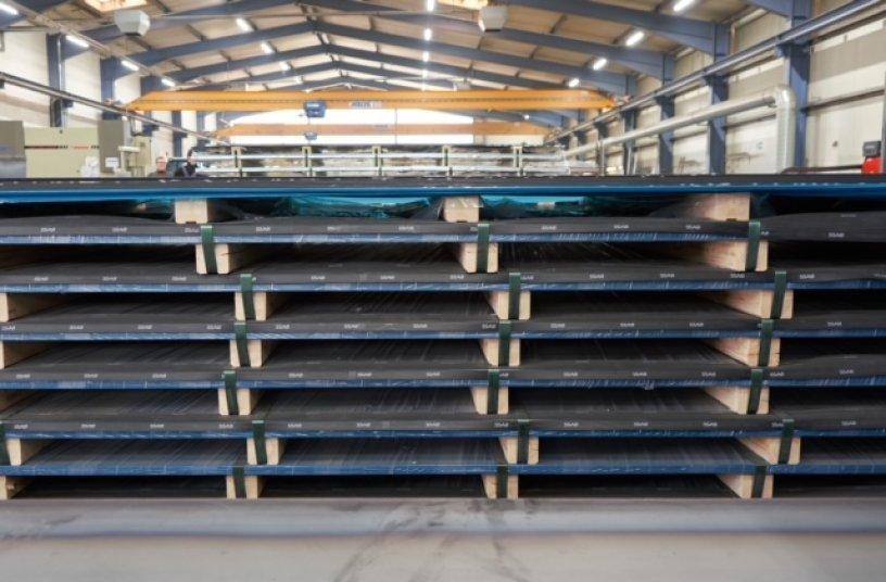 Die SSAB Bleche werden in der Nähe der Verarbeitungsanlagen in der Halle gelagert.