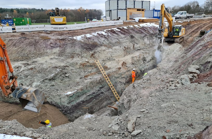 A sub-section of the A3 autobahn upgrade project in northern Bavaria. Drainage pipe trenches were excavated on site at the Steigerwald service area. <br> Image source: KEMROC Spezialmaschinen GmbH