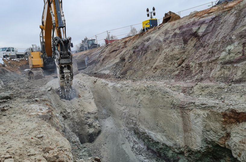 Civil engineering company BUNTE rented a 42-ton excavator with a KEMROC EK 150 chain cutter to excavate trenches in the bedrock.<br>SOURCE: KEMROC Spezialmaschinen GmbH