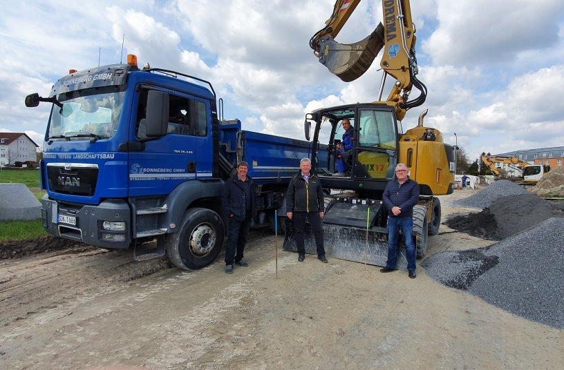 Matthias Greiner (links) und Thilo Köhler (im Bagger) freuen sich über eine wertvolle Investition und Martin Werthenbach (2. v. li.) und René Birkefeld (rechts) freuen sich über einen weiteren zufriedenen Kunden.<br>Bildquelle: Hydrema Baumaschinen GmbH